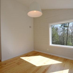 Inredning av ett 60 tals mellanstort huvudsovrum, med grå väggar, ljust trägolv och brunt golv