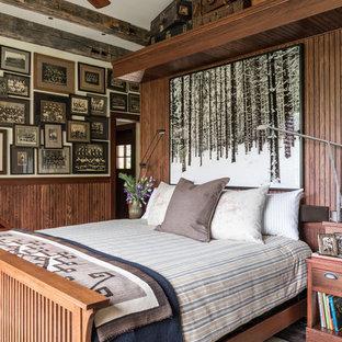 Immagine di una camera da letto stile rurale con pareti marroni, pavimento in legno massello medio e pavimento verde
