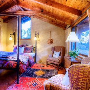 Ejemplo de habitación de invitados de estilo americano, de tamaño medio, con paredes amarillas y suelo de baldosas de terracota
