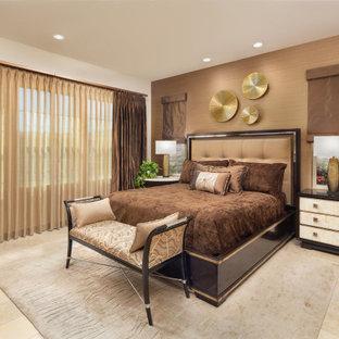 Diseño de dormitorio principal, actual, grande, con parades naranjas, suelo de piedra caliza y suelo beige