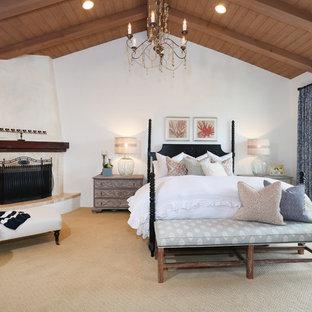 Idées déco pour une chambre avec moquette méditerranéenne avec un mur blanc et une cheminée d'angle.