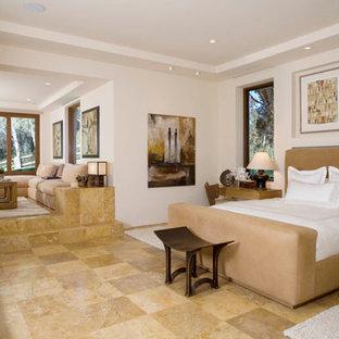 Immagine di una grande camera matrimoniale chic con pareti bianche, pavimento in travertino, nessun camino e pavimento marrone