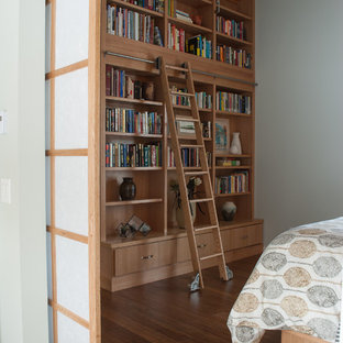Неиссякаемый источник вдохновения для домашнего уюта: маленькая хозяйская спальня в стиле ретро с серыми стенами и полом из бамбука