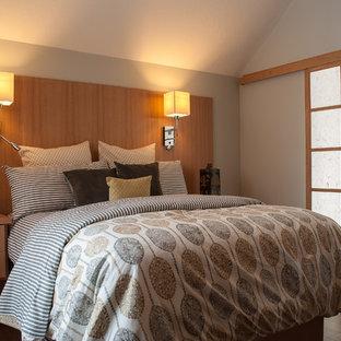 Imagen de dormitorio principal, actual, pequeño, con paredes grises y suelo de bambú