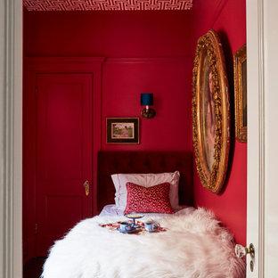 Immagine di una camera da letto eclettica con pareti rosse e soffitto in carta da parati