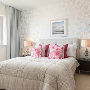 Ejemplo de dormitorio principal, contemporáneo, de tamaño medio, con paredes beige y moqueta
