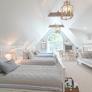 Exemple d'une très grand chambre craftsman avec un mur gris et un sol beige.