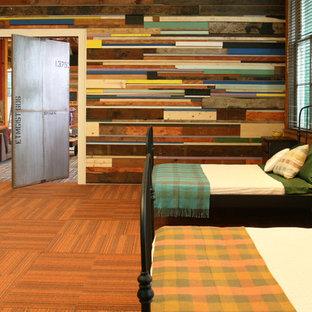 Industrial Gästezimmer mit bunten Wänden, Teppichboden und orangem Boden in Portland