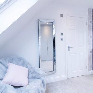 Foto de dormitorio principal, contemporáneo, grande, con paredes blancas, moqueta, estufa de leña, marco de chimenea de metal y suelo gris