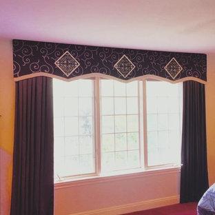 Inspiration för ett stort vintage huvudsovrum, med rosa väggar, heltäckningsmatta och rosa golv