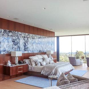 Foto di una grande camera matrimoniale moderna con pareti beige, parquet chiaro, camino lineare Ribbon, cornice del camino in pietra e pavimento bianco