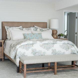 Ejemplo de dormitorio principal, costero, grande, sin chimenea, con paredes grises, suelo de travertino y suelo gris