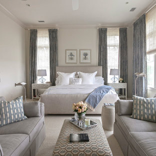 Großes Klassisches Hauptschlafzimmer mit weißer Wandfarbe und Teppichboden in Charleston