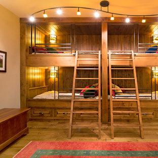 Exemple d'une grand chambre d'amis craftsman avec un mur blanc, un sol en bois brun et aucune cheminée.