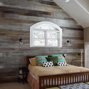 デンバーの中サイズのラスティックスタイルのおしゃれなゲスト用寝室 (グレーの壁、淡色無垢フローリング、暖炉なし) のレイアウト