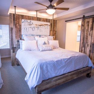 Стильный дизайн: хозяйская спальня среднего размера в стиле кантри с серыми стенами и ковровым покрытием без камина - последний тренд