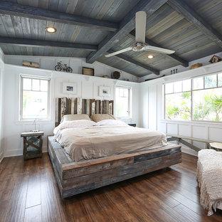 Foto de dormitorio principal, de estilo de casa de campo, con paredes blancas y suelo de madera en tonos medios