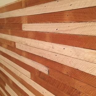 Ejemplo de habitación de invitados marinera, pequeña, sin chimenea, con paredes blancas y suelo de madera clara