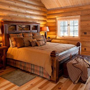 Esempio di una camera da letto rustica