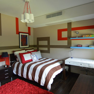 Ispirazione per una camera da letto minimalista di medie dimensioni con pareti marroni e parquet scuro