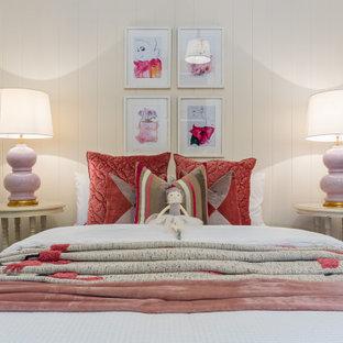 Klassisk inredning av ett sovrum, med vita väggar