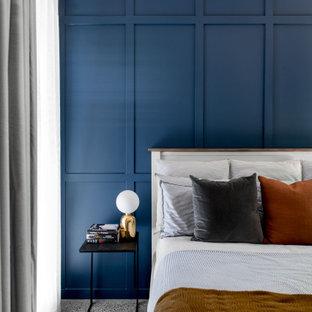 ブリスベンの中くらいのコンテンポラリースタイルのおしゃれな主寝室 (青い壁、コンクリートの床、グレーの床、羽目板の壁) のインテリア