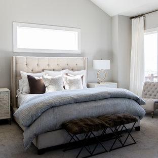 Inspiration för stora klassiska huvudsovrum, med grå väggar, heltäckningsmatta, en standard öppen spis och en spiselkrans i metall