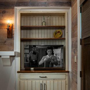 Неиссякаемый источник вдохновения для домашнего уюта: хозяйская спальня среднего размера в стиле рустика с коричневыми стенами, темным паркетным полом, стандартным камином, фасадом камина из бетона и коричневым полом