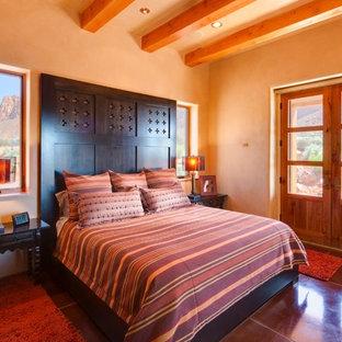 Bild på ett amerikanskt sovrum, med orange väggar och brunt golv