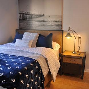 ロサンゼルスのビーチスタイルのおしゃれな寝室 (竹フローリング、グレーの壁) のレイアウト