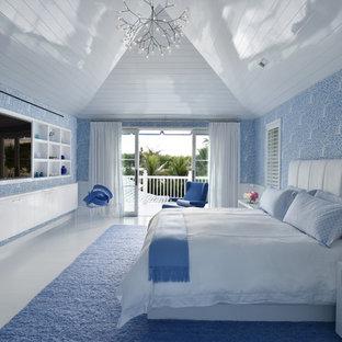 Foto de dormitorio principal, contemporáneo, grande, sin chimenea, con paredes azules y suelo de madera pintada