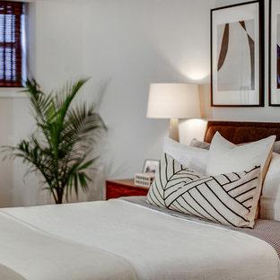 ニューヨークの小さいコンテンポラリースタイルのおしゃれな主寝室 (グレーの壁、ラミネートの床、茶色い床)