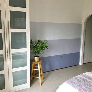 Imagen de dormitorio principal, contemporáneo, pequeño, sin chimenea, con paredes multicolor, suelo de linóleo y suelo blanco
