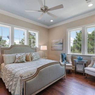 Diseño de habitación de invitados clásica renovada, de tamaño medio, sin chimenea, con paredes marrones y suelo de madera en tonos medios