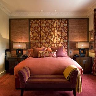 Mittelgroßes Klassisches Schlafzimmer mit beiger Wandfarbe, Teppichboden und rotem Boden in London