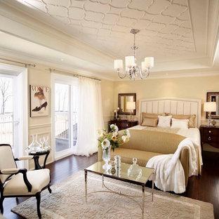 Foto de dormitorio principal, tradicional, de tamaño medio, con paredes beige y suelo de madera oscura