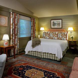 Idée de décoration pour une grand chambre chalet avec un mur vert et un sol en ardoise.