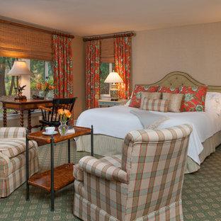 Modelo de dormitorio principal, tradicional, grande, con paredes beige, suelo de madera oscura, chimenea tradicional, marco de chimenea de piedra y suelo verde
