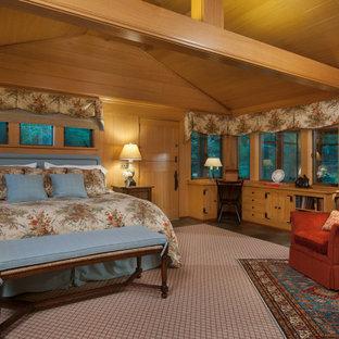 Cette image montre une grand chambre d'amis chalet avec un mur marron, un sol en ardoise et un sol vert.