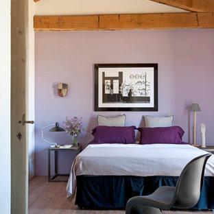 Modelo de dormitorio principal, rústico, con paredes púrpuras y suelo de madera en tonos medios