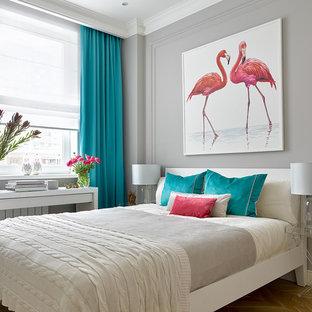 Неиссякаемый источник вдохновения для домашнего уюта: хозяйская спальня среднего размера в современном стиле с серыми стенами, светлым паркетным полом и бежевым полом