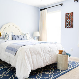 Inspiration for a mid-sized transitional guest carpeted and beige floor bedroom remodel in Nashville with blue walls