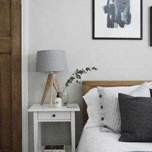 他の地域の小さい北欧スタイルのおしゃれなゲスト用寝室 (グレーの壁、カーペット敷き、暖炉なし、グレーの床) のインテリア