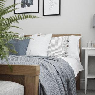 Bild på ett litet minimalistiskt gästrum, med grå väggar, heltäckningsmatta och grått golv