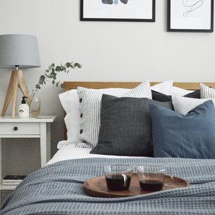 Diseño de habitación de invitados escandinava, pequeña, sin chimenea, con paredes grises, moqueta y suelo gris