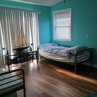Diseño de habitación de invitados costera con paredes púrpuras y suelo vinílico