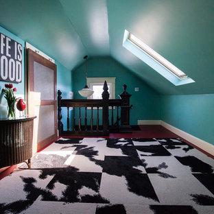 Ejemplo de dormitorio tipo loft, bohemio, de tamaño medio, sin chimenea, con paredes azules, suelo de madera pintada y suelo rojo