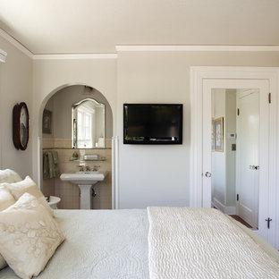 Klassisches Gästezimmer mit beiger Wandfarbe in San Francisco
