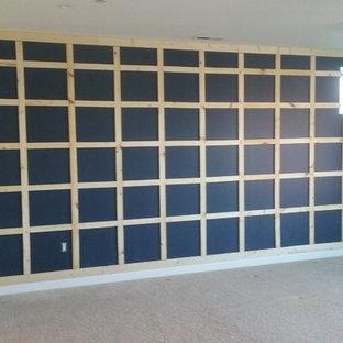 Amerikansk inredning av ett mellanstort huvudsovrum, med svarta väggar