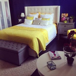 Ispirazione per una grande camera da letto minimal con parquet scuro e camino lineare Ribbon